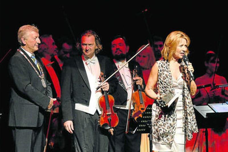 6000 Euro Preisgeld übergibt Bürgermeister Franz Schwarz (l.) Sylvia Moser und ihrem Orchester. Foto: Förtsch