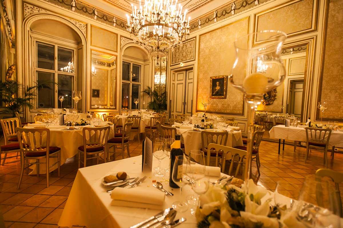 Dinner & Konzert in Wien - Dinnersaal im Palais Auersperg mit gedeckten Tischen